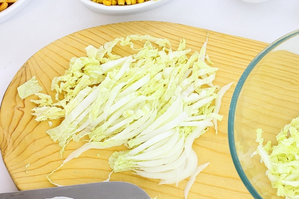 Cut the Pekinese cabbage